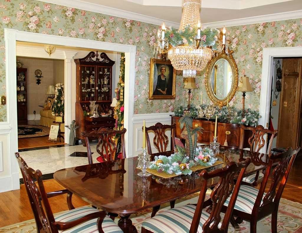 دیواری با تزیینات کلاسیک در غذاخوری کلاسیک